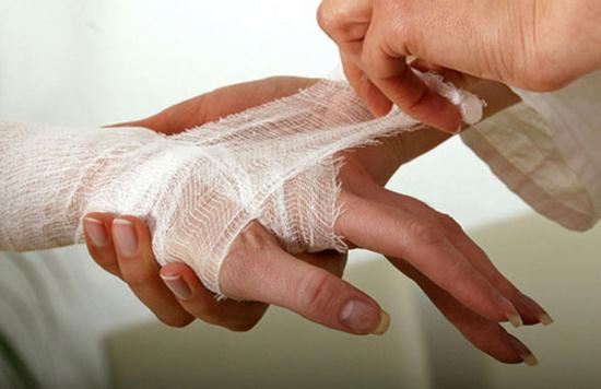 Оказание первой помощи при порезах и ссадинах: что делать при сильной и глубокой ране, алгоритм действий