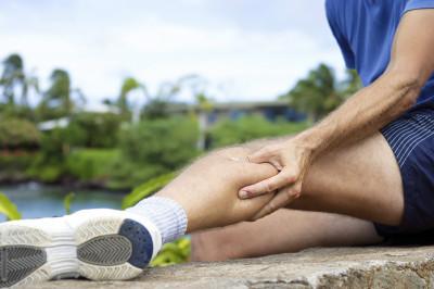 Сводит икроножные мышцы в чем причина и что делать если сильно свело судорогой и болит несколько дней нога при беременности
