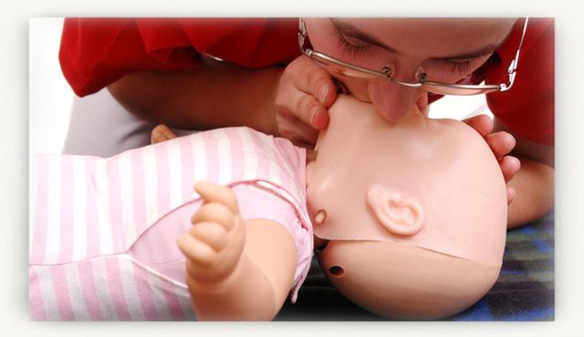 Что делать если ребенок подавился и задыхается, первая помощь когда малыш поперхнулся водой, молоком или слюной