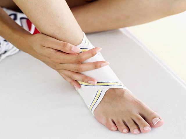 Вывих стопы: лечение в домашних условиях, первая помощь при травме голеностопа