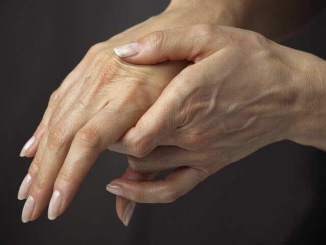Перелом кисти руки со смещением и без: лечение и как разработать руку после травмы