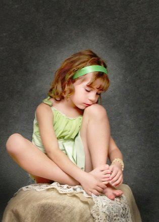 Как вытащить занозу из пальца или пятки у ребенка и взрослого без иголки, что делать если заноза зашла глубоко и ее не видно