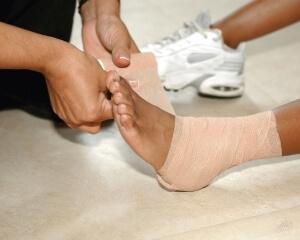Что делать при вывихе ноги: первая помощь