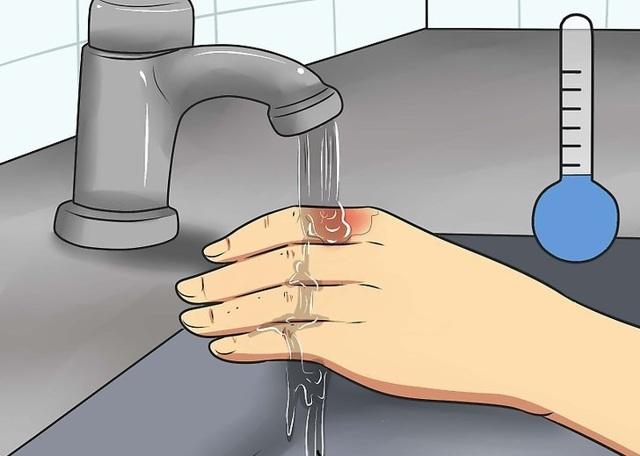 Ожог кипятком — первая помощь в домашних условиях и чем лечить волдыри на руке, что делать если ребенок обжегся горячей водой