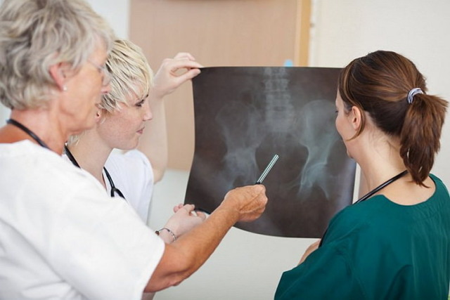 Перелом шейки бедра: симптомы и лечение, реабилитация в домашних условиях и осложнения