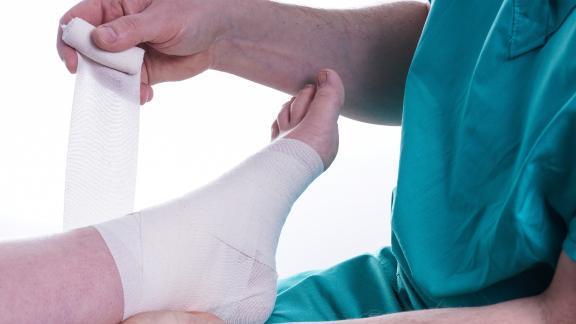 Как отличить вывих от перелома: признаки и симптомы травм, сравнение травм