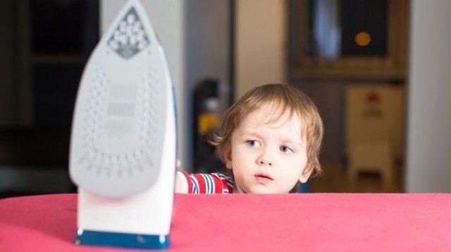 Можно ли обработать ожог перекисью водорода и к какому врачу обращаться, что делать и если обжегся утюгом ребенок и чем лечить