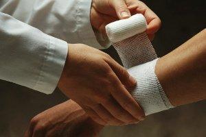 Что делать при ножевом ранении: алгоритм действий оказания первой помощи, что нельзя делать при повреждении тела ножом