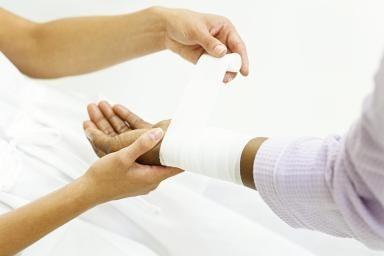 Как правильно наложить жгут на бедро: алгоритм действий и типичные ошибки установки кровоостанавливающей повязки