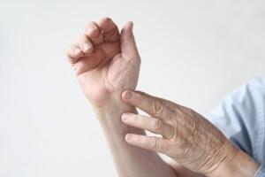 Что делать при вывихе пальца на руке: первая помощь при травме, самостоятельное вправление