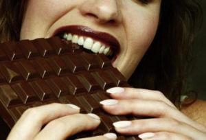 Можно ли есть просроченный шоколад: симптомы отравления, первая помощь при интоксикации и восстановление организма